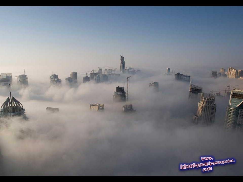 Densa niebla matinal, cerca de la Marina de Dubai noviembre 21, 2007. (REUTERS / Steve Crisp)