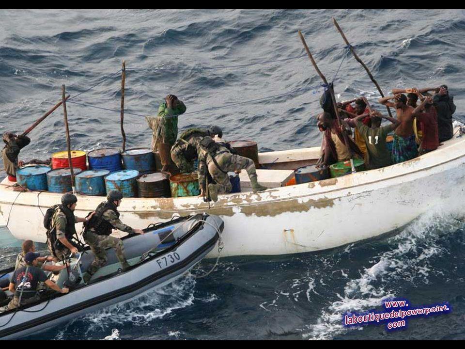 Esta foto proporcionada el Ejército francés muestra soldados franceses al detener a presuntos piratas de Somalia, en Nov.12, 2009 (AP Photo / Ejército