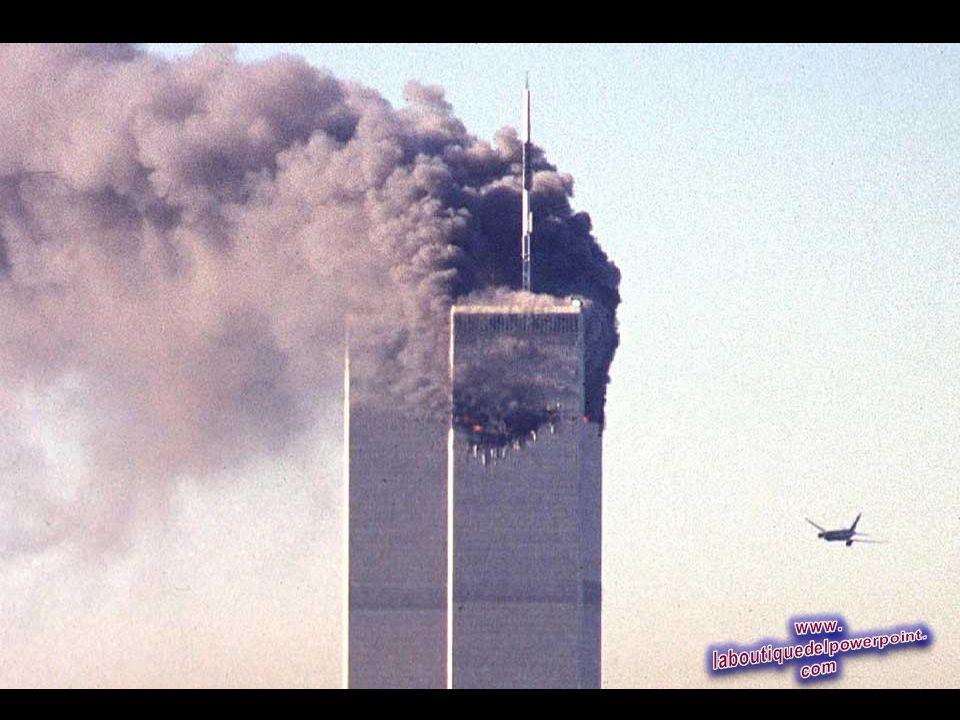 Un avión comercial secuestrado poco antes de estrellarse contra el rascacielos World Trade Center histórico 11 de septiembre 2001 en Nueva York. (Seth