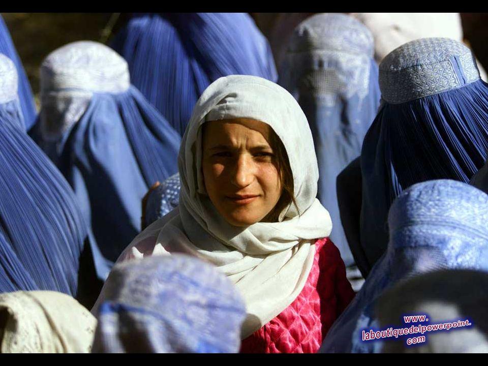 Una mujer joven afgana muestra su rostro en público por primera vez después de 5 años de gobierno de los talibanes, mientras espera en un centro de di