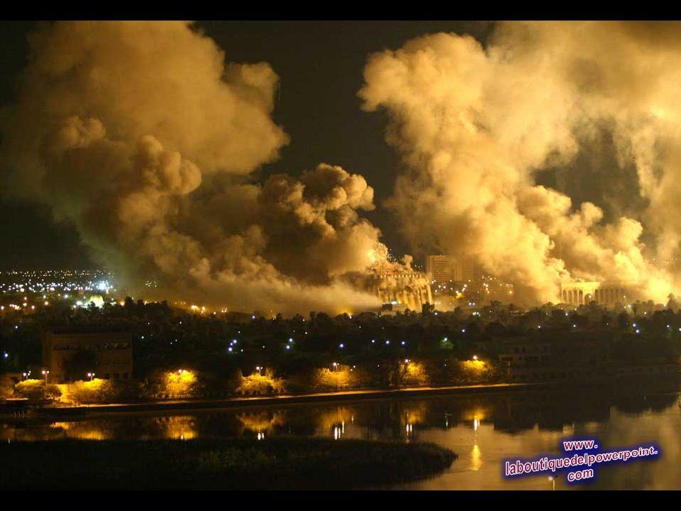 El humo cubre el recinto del palacio presidencial en Bagdad, 21 de marzo 2003 durante una masiva dirigida por Estados Unidos ataque aéreo sobre la cap