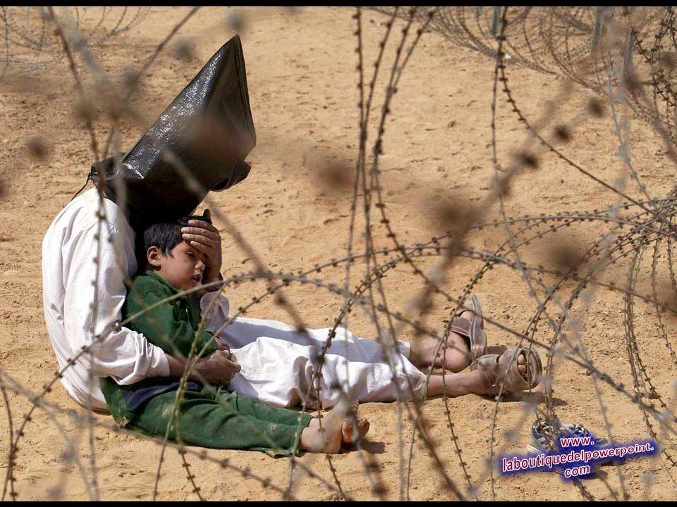 Un prisionero iraquí de guerra, con su hijo de 4 años en un centro de reagrupamiento de los prisioneros de guerra de la 101 División Aerotransportada