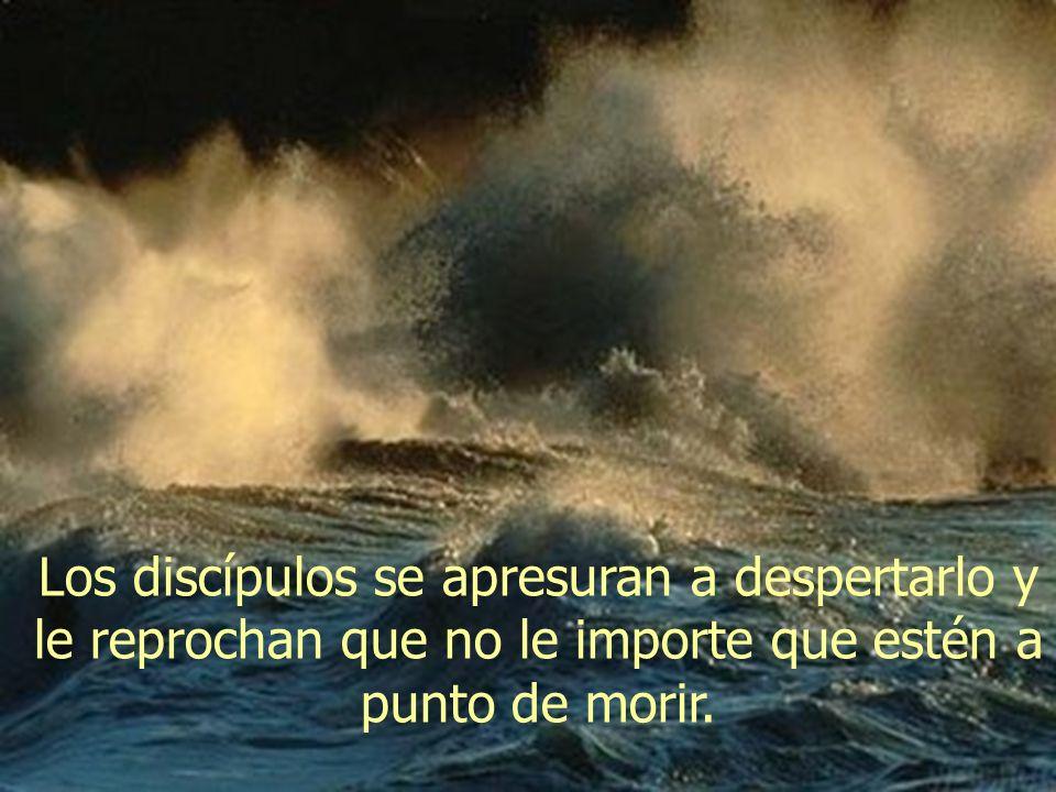 De repente, se desata una tormenta y las olas amenazan con hundir el barco. Jesús está profundamente dormido en la parte de popa.