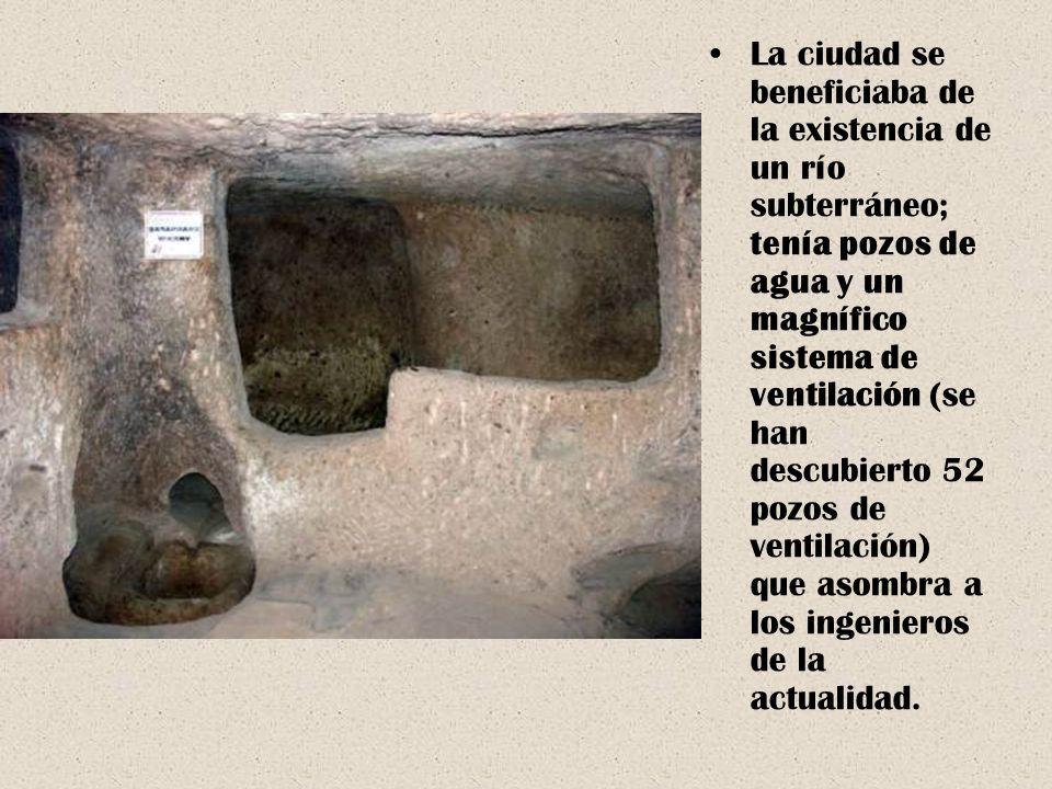 La ciudad se beneficiaba de la existencia de un río subterráneo; tenía pozos de agua y un magnífico sistema de ventilación (se han descubierto 52 pozo