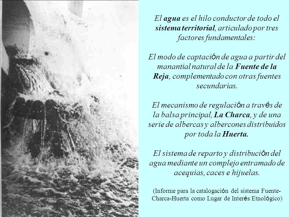 El agua es el hilo conductor de todo el sistema territorial, articulado por tres factores fundamentales: El modo de captaci ó n de agua a partir del manantial natural de la Fuente de la Reja, complementado con otras fuentes secundarias.