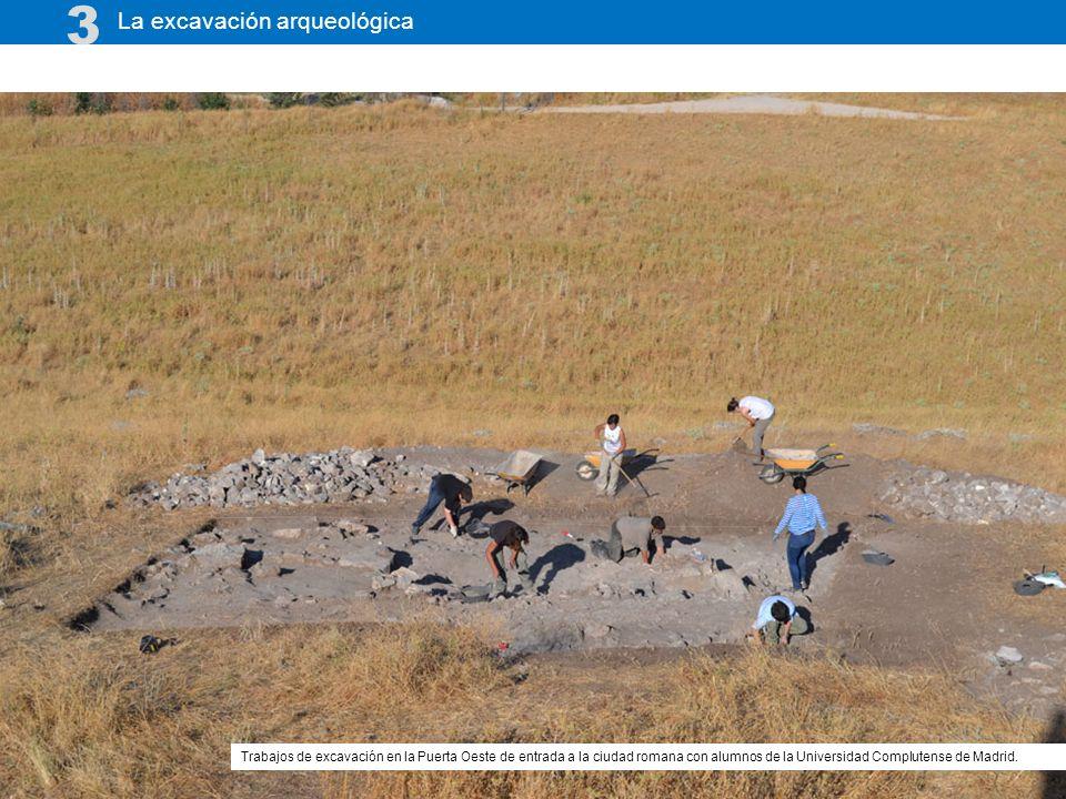 La excavación arqueológica 3 Trabajos de excavación en la Puerta Oeste de entrada a la ciudad romana con alumnos de la Universidad Complutense de Madrid.