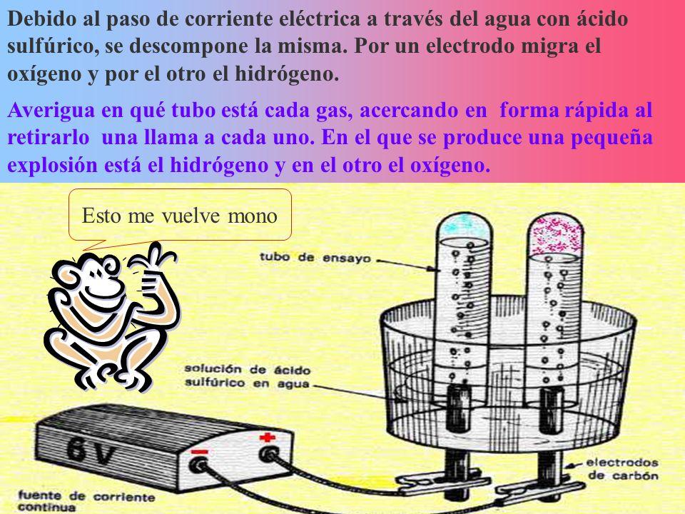 Debido al paso de corriente eléctrica a través del agua con ácido sulfúrico, se descompone la misma. Por un electrodo migra el oxígeno y por el otro e