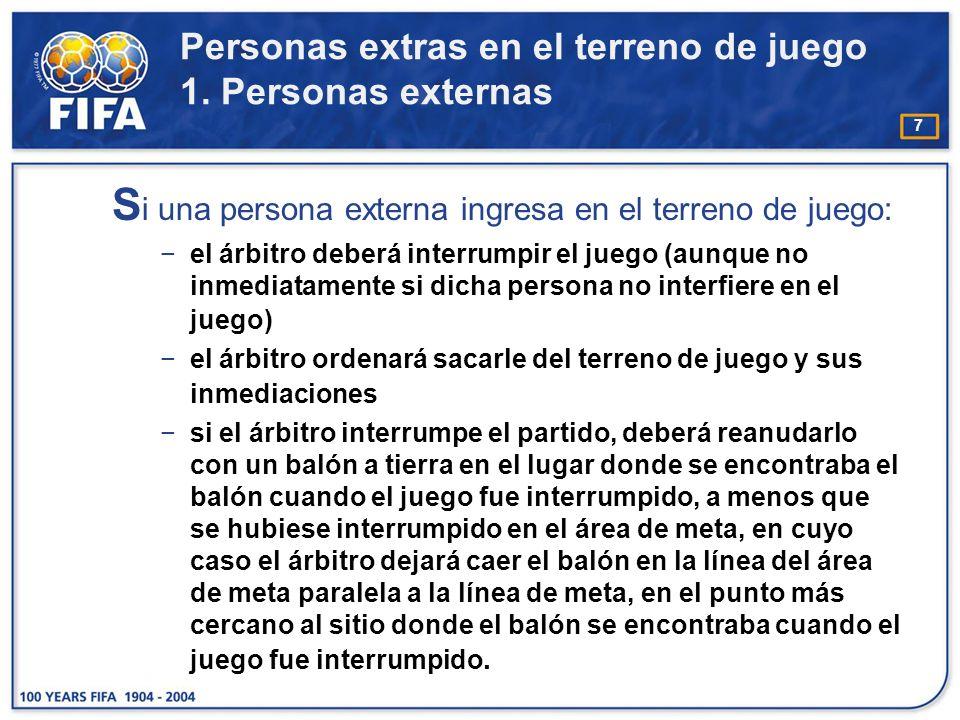 7 S i una persona externa ingresa en el terreno de juego: el árbitro deberá interrumpir el juego (aunque no inmediatamente si dicha persona no interfi