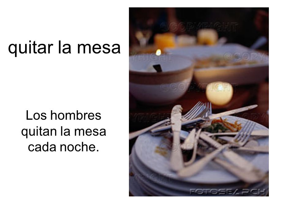quitar la mesa Los hombres quitan la mesa cada noche.