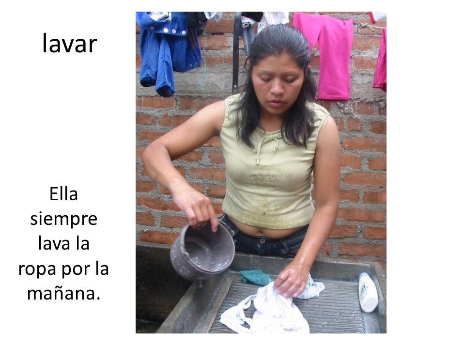 lavar Ella siempre lava la ropa por la mañana.
