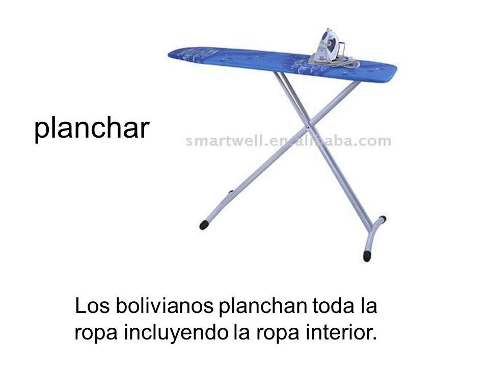 planchar Los bolivianos planchan toda la ropa incluyendo la ropa interior.