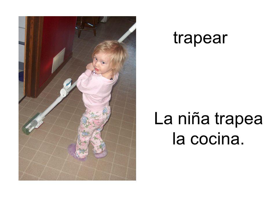 trapear La niña trapea la cocina.