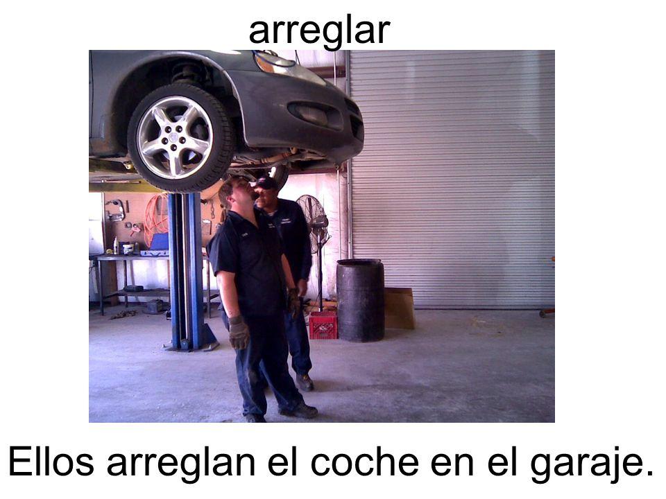 arreglar Ellos arreglan el coche en el garaje.