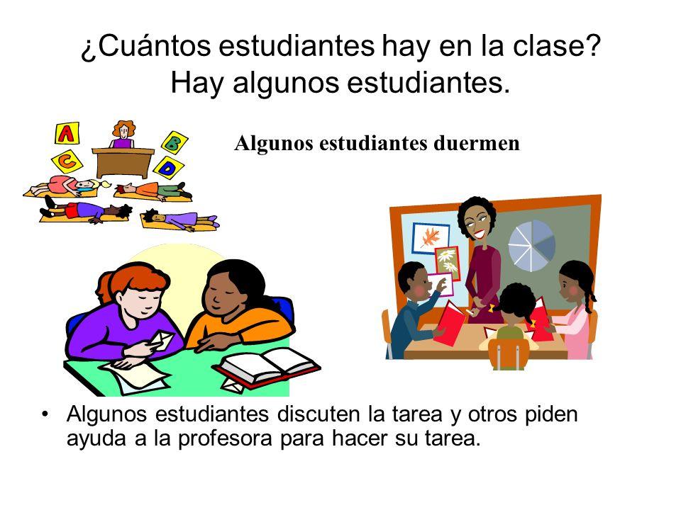 ¿Cuántos estudiantes hay en la clase? Hay algunos estudiantes. Algunos estudiantes discuten la tarea y otros piden ayuda a la profesora para hacer su