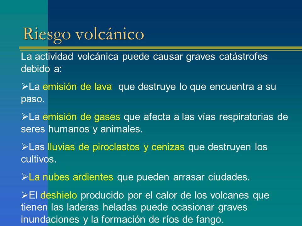 Riesgo volcánico La actividad volcánica puede causar graves catástrofes debido a: La emisión de lava que destruye lo que encuentra a su paso. La emisi