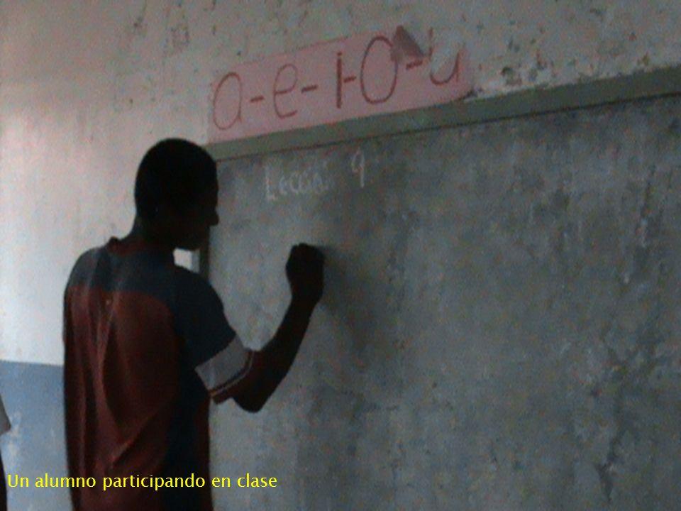 Un alumno participando en clase