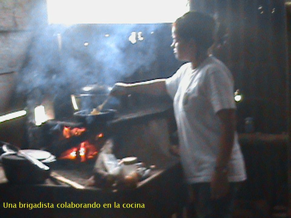Una brigadista colaborando en la cocina