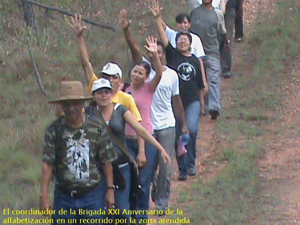 El coordinador de la Brigada XXI Aniversario de la alfabetización en un recorrido por la zona atendida