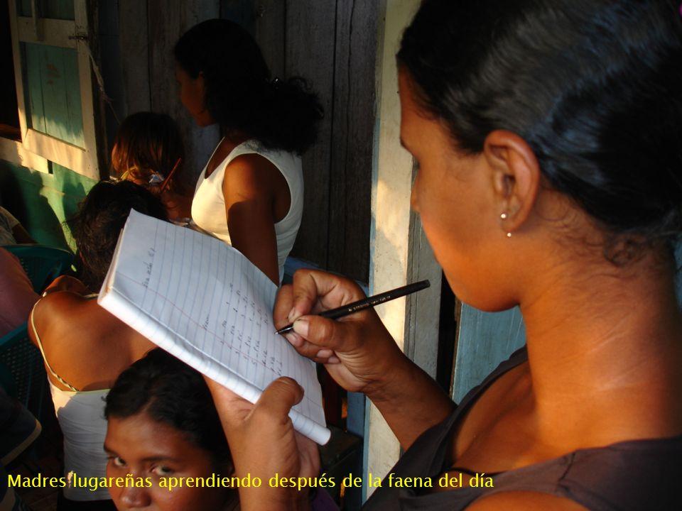 Madres lugareñas aprendiendo después de la faena del día