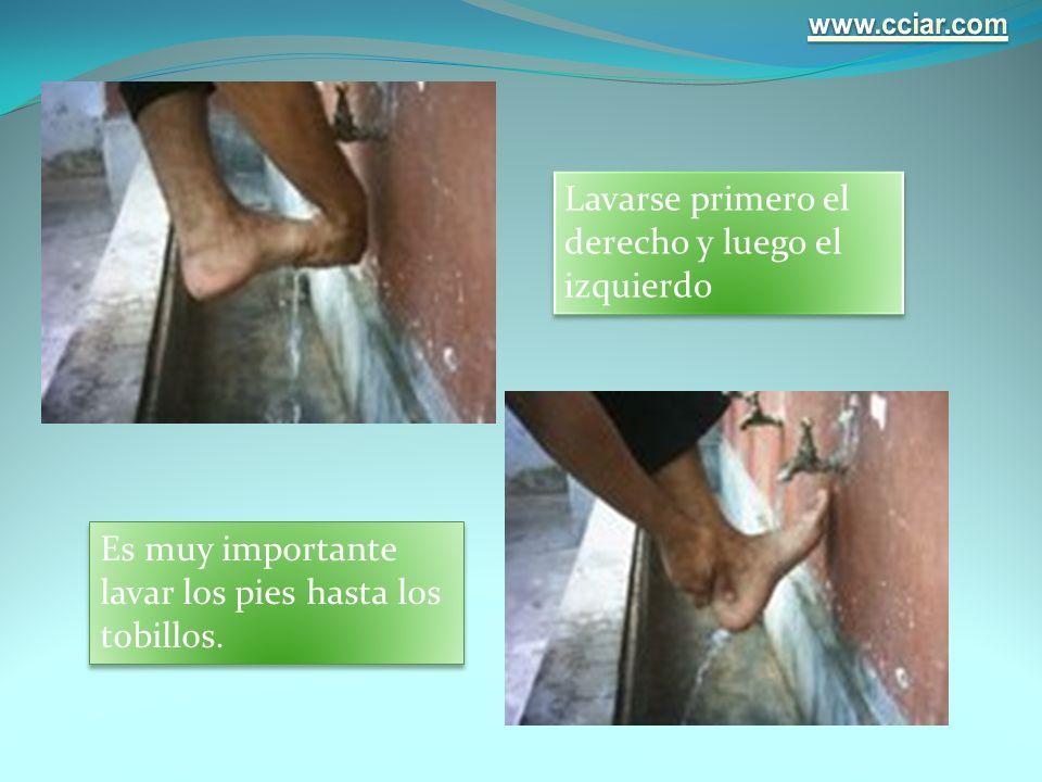 Es muy importante lavar los pies hasta los tobillos. Lavarse primero el derecho y luego el izquierdo