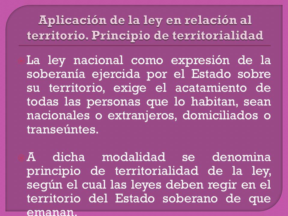 La ley nacional como expresión de la soberanía ejercida por el Estado sobre su territorio, exige el acatamiento de todas las personas que lo habitan, sean nacionales o extranjeros, domiciliados o transeúntes.