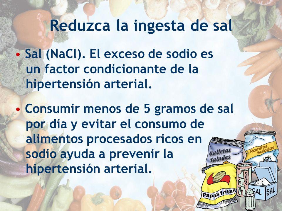 Reduzca la ingesta de sal Sal (NaCl). El exceso de sodio es un factor condicionante de la hipertensión arterial. Consumir menos de 5 gramos de sal por