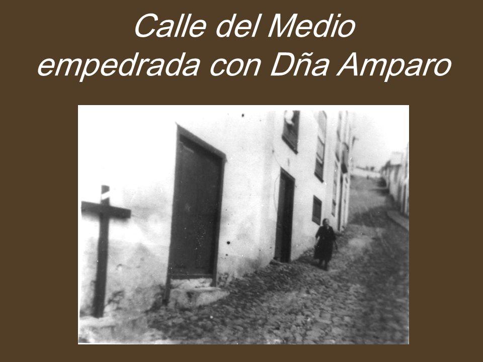 Calle del Medio empedrada con Dña Amparo