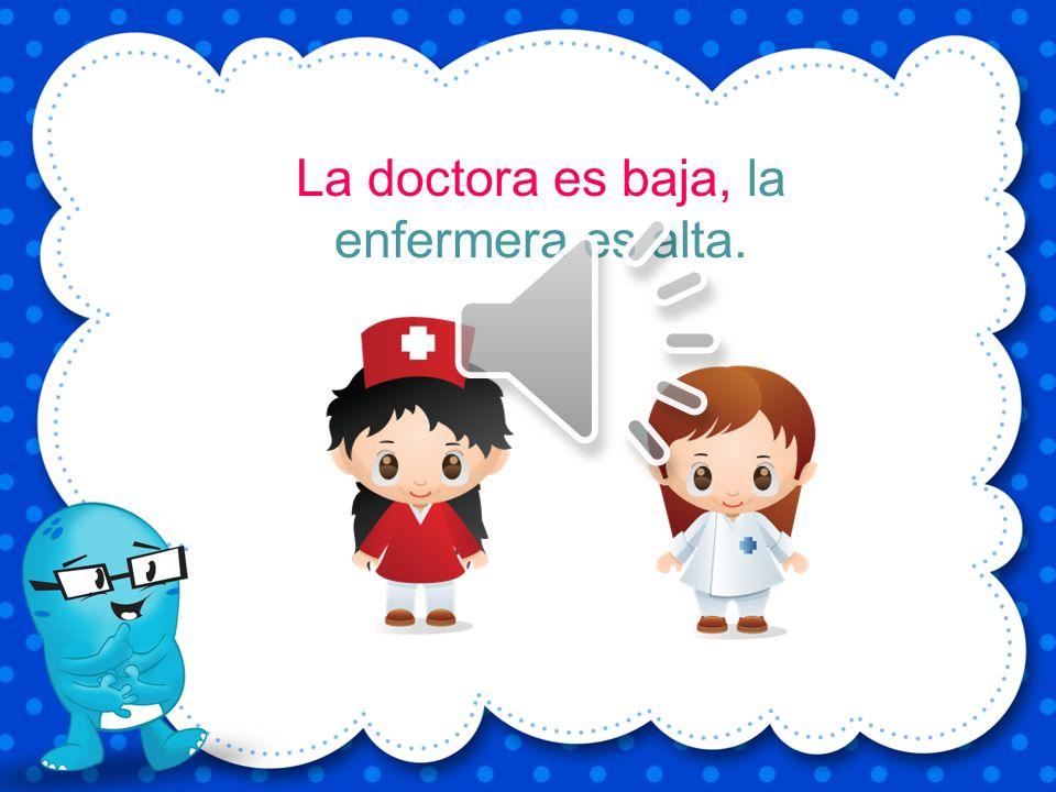 La doctora es baja, la enfermera es alta.