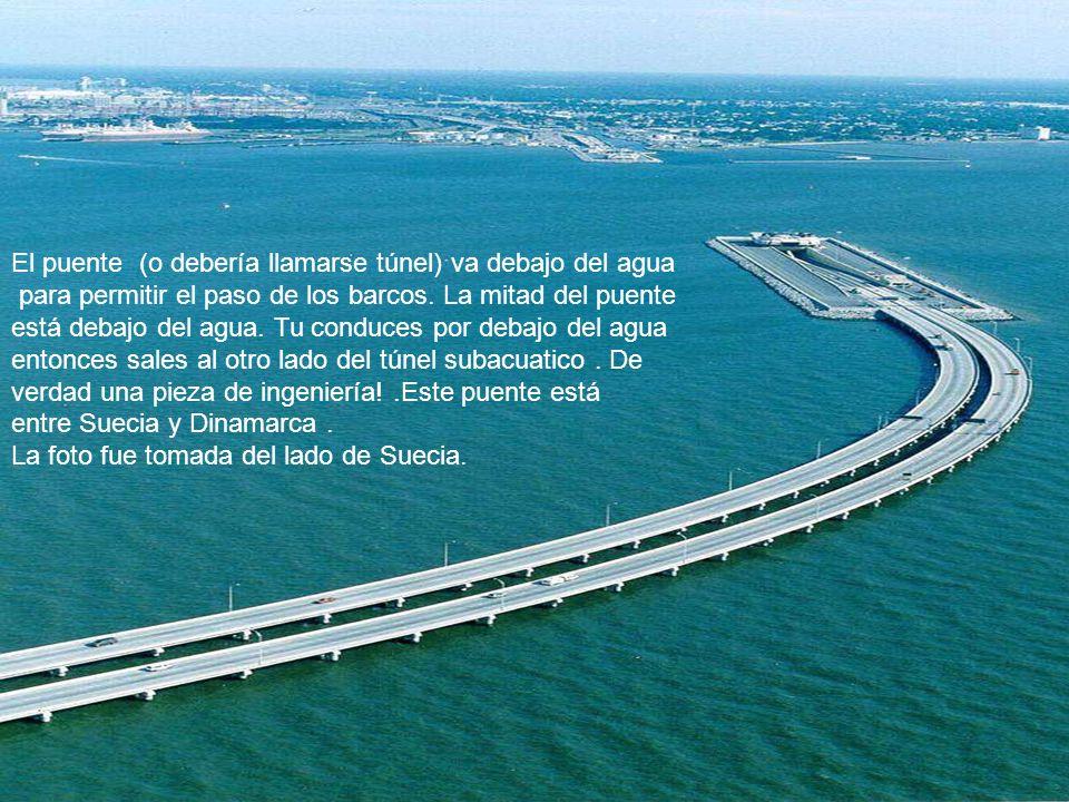 El puente (o debería llamarse túnel) va debajo del agua para permitir el paso de los barcos. La mitad del puente está debajo del agua. Tu conduces por