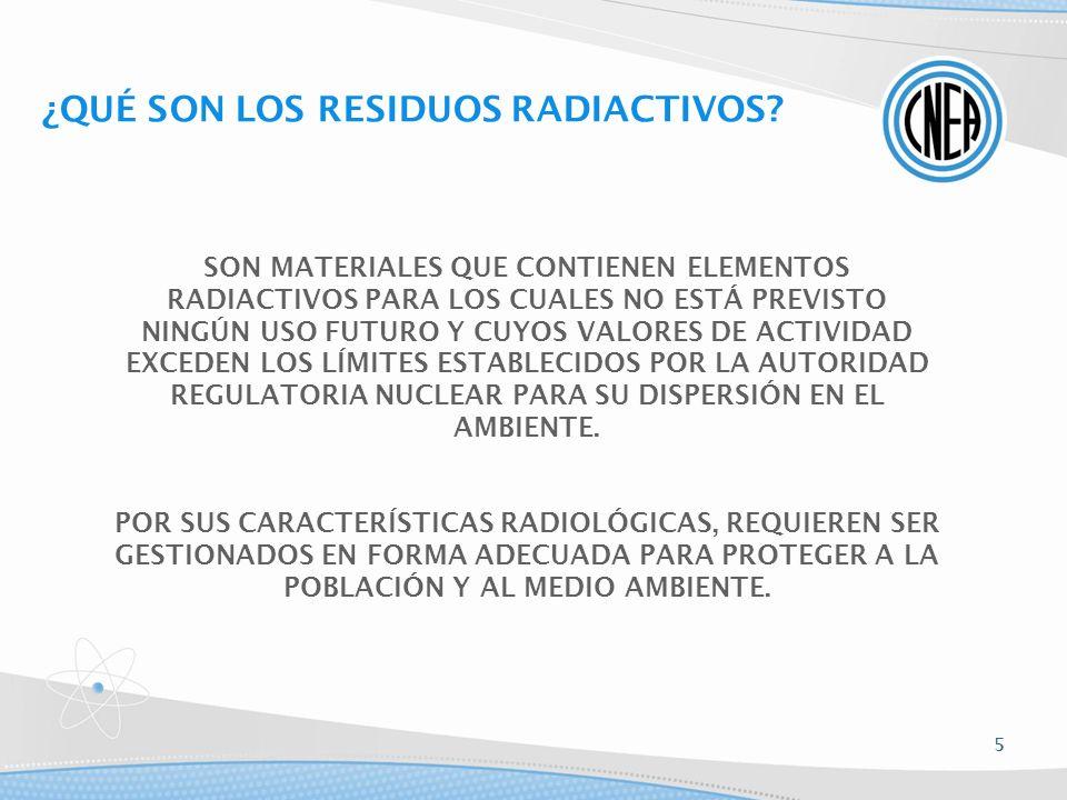 COMBUSTIBLES GASTADOS ALMACENAMIENTO INTERINO REPROCESAMIENTO RESIDUOS RADIACTIVOS Nivel bajo, medio, alto INMOVILIZACIÓN ENVASADO DISPOSICIÓN FINAL Húmedo (piletas) Seco (silos, bóvedas, etc.) Vidrios Cementos Contenedores especiales resistentes a la corrosión Repositorios BARRERAS MÚLTIPLES Plutonio Uranio Fabricación de combustibles Sin reprocesamiento GESTIÓN DE COMBUSTIBLES NUCLEARES GASTADOS 16