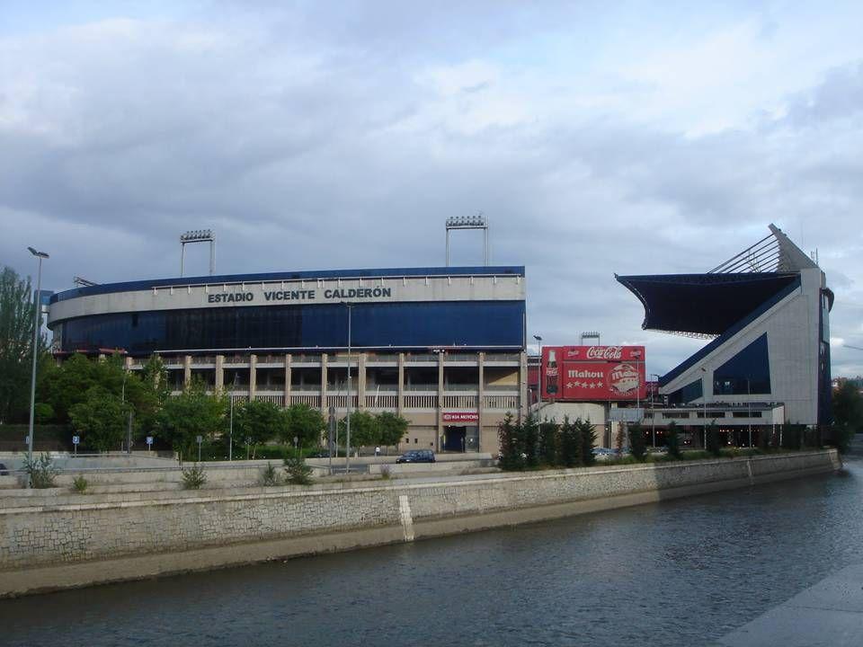 Pasa después al lado del Estadio Vicente Calderón (conocido también como Estadio del Manzanares), del Club Atlético de Madrid, y después se dirige hac