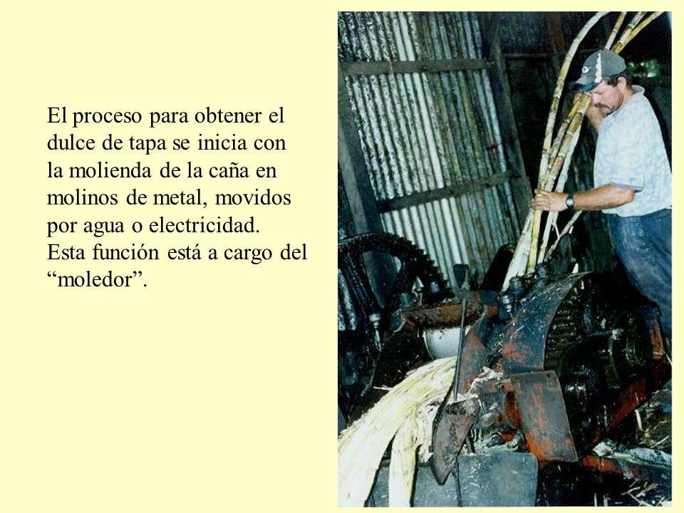 El proceso para obtener el dulce de tapa se inicia con la molienda de la caña en molinos de metal, movidos por agua o electricidad.