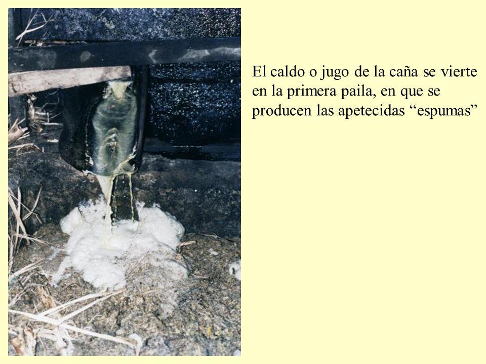 El caldo o jugo de la caña se vierte en la primera paila, en que se producen las apetecidas espumas