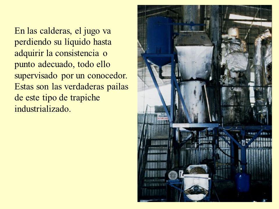 En las calderas, el jugo va perdiendo su líquido hasta adquirir la consistencia o punto adecuado, todo ello supervisado por un conocedor.