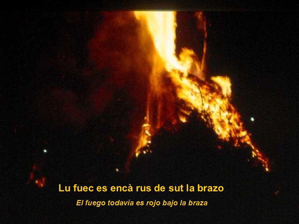 Lu fuec es encà rus de sut la brazo El fuego todavía es rojo bajo la braza