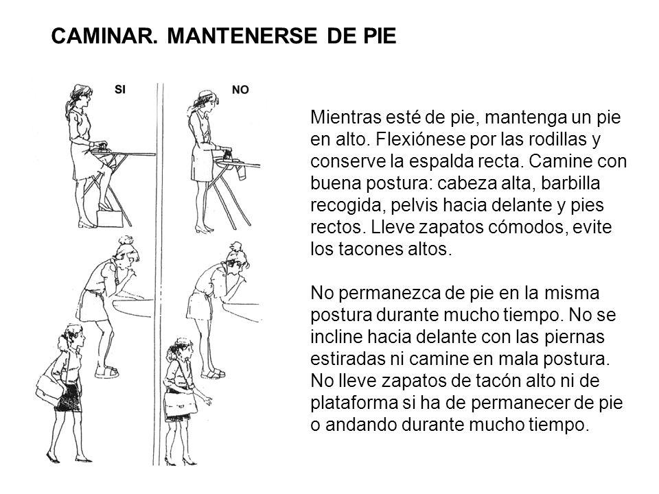 Mientras esté de pie, mantenga un pie en alto. Flexiónese por las rodillas y conserve la espalda recta. Camine con buena postura: cabeza alta, barbill