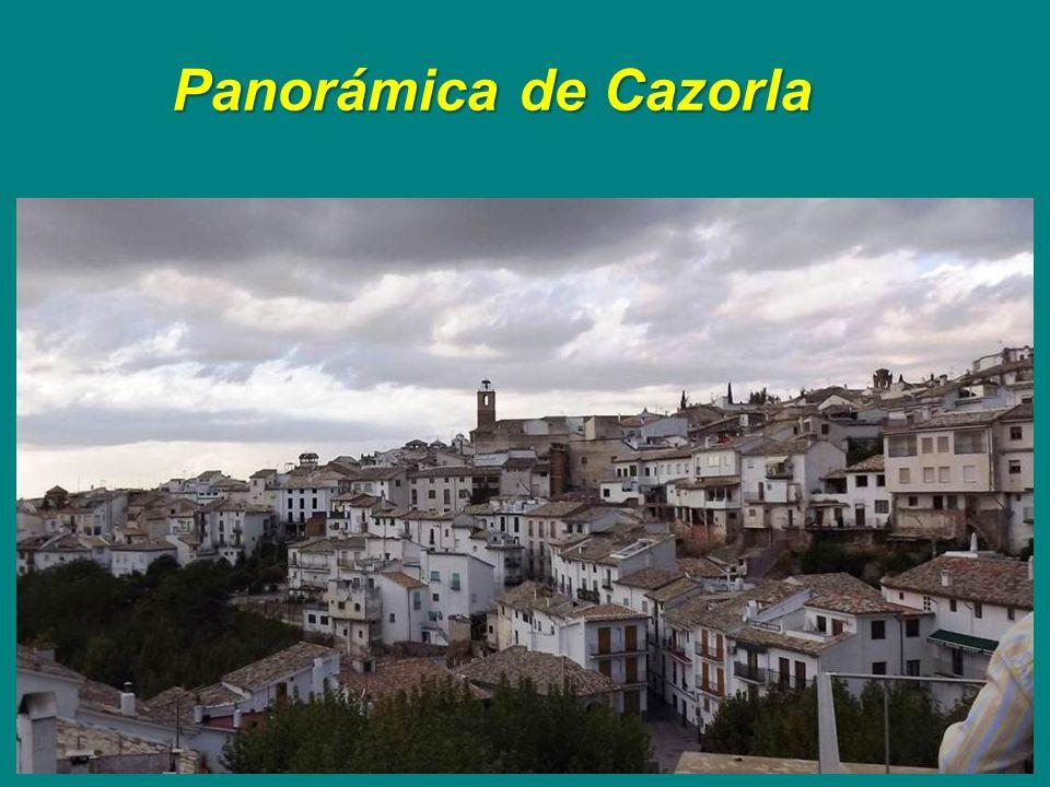 Plaza de Cazorla con la torre del ayunta- miento al fondo.