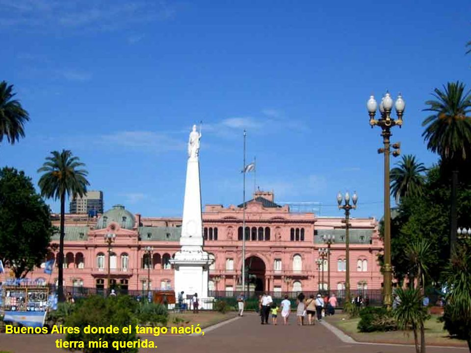 Buenos Aires, cuando lejos me vi sólo hallaba consuelo en las notas de un tango dulzón que lloraba el bandoneón. Buenos Aires, suspirando por ti bajo