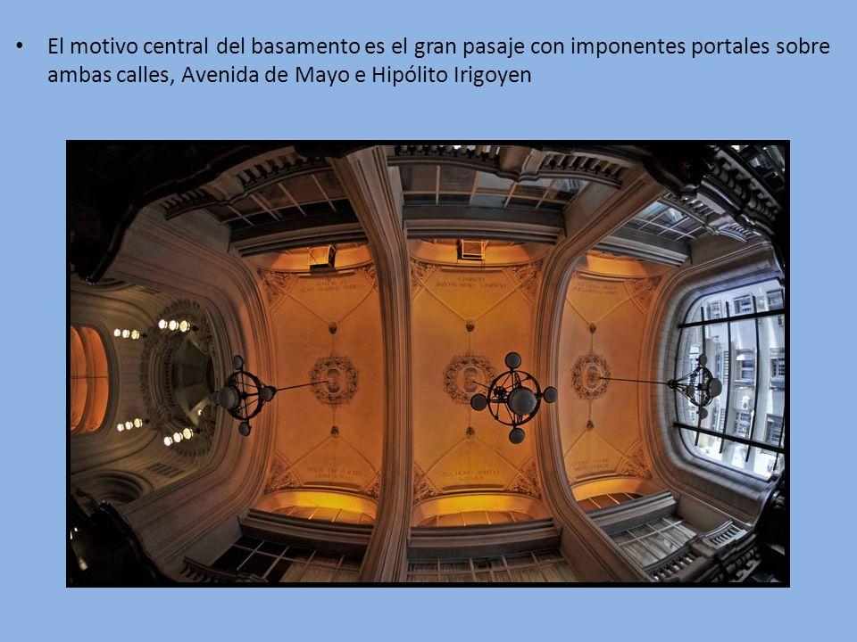 El motivo central del basamento es el gran pasaje con imponentes portales sobre ambas calles, Avenida de Mayo e Hipólito Irigoyen