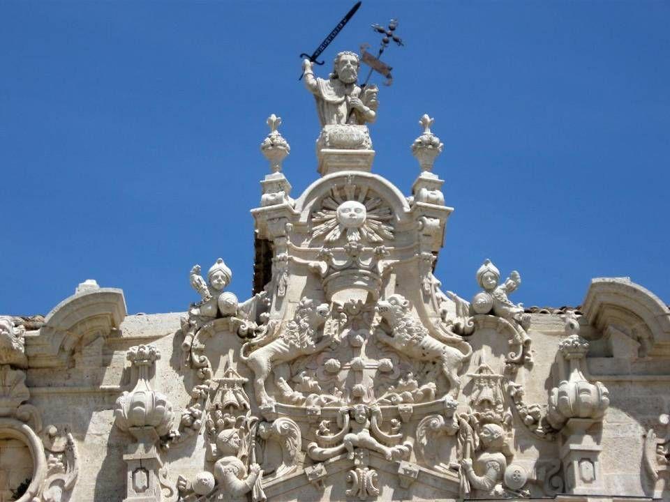 En estilo barroco decorativo del siglo XVIII destaca la obra de Pedro de Ribera a quien se atribuye la Portada principal del monasterio, fechada en 17