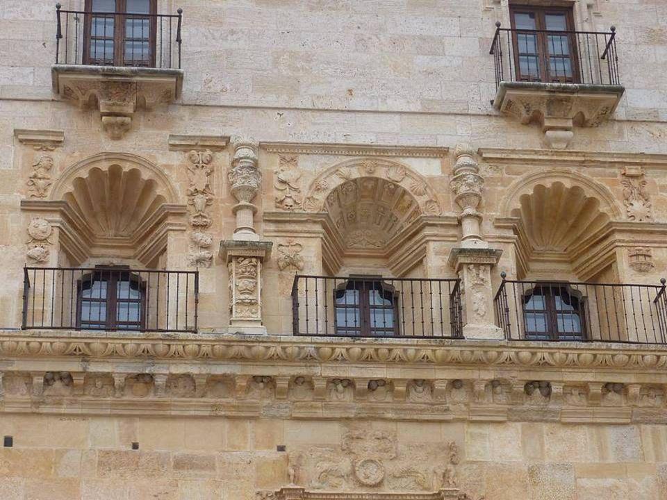 La fachada oriental del monasterio es la mas antigua de todas. Fue trazada por Gaspar de Vega en 1552. Presenta una abundante decoración plateresca en