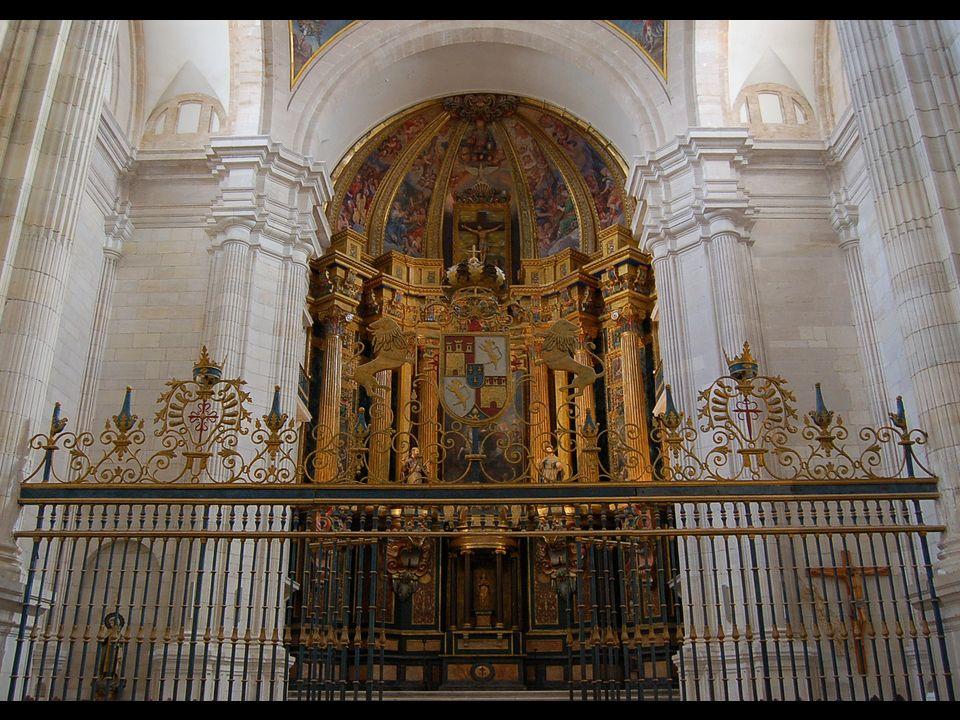 La iglesia presenta un coro bajo a los pies, sobre dos tramos de bóveda rebajada casi planta y el altar en alto.
