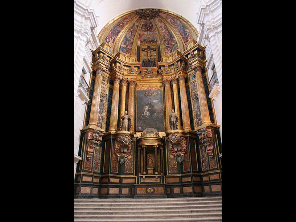 La capilla mayor presenta un tramo recto y un ábside. El altar está en alto y a él se accede por unas escaleras. Contiene el retablo barroco del siglo