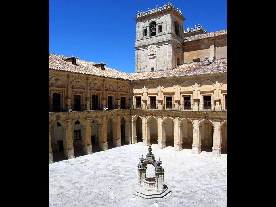A mediados del siglo XVII se construyó el patio y la escalera principal. El patio tiene dos pisos de galerías, claustro alto y bajo, estando el bajo a