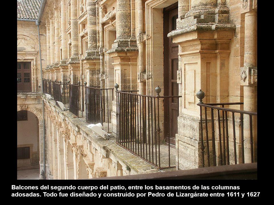 El bello brocal que cubre el pozo es seguramente también una obra de Pedro de Ribera. Forma un arco que remata en tres jarrones. A un lado y al otro o