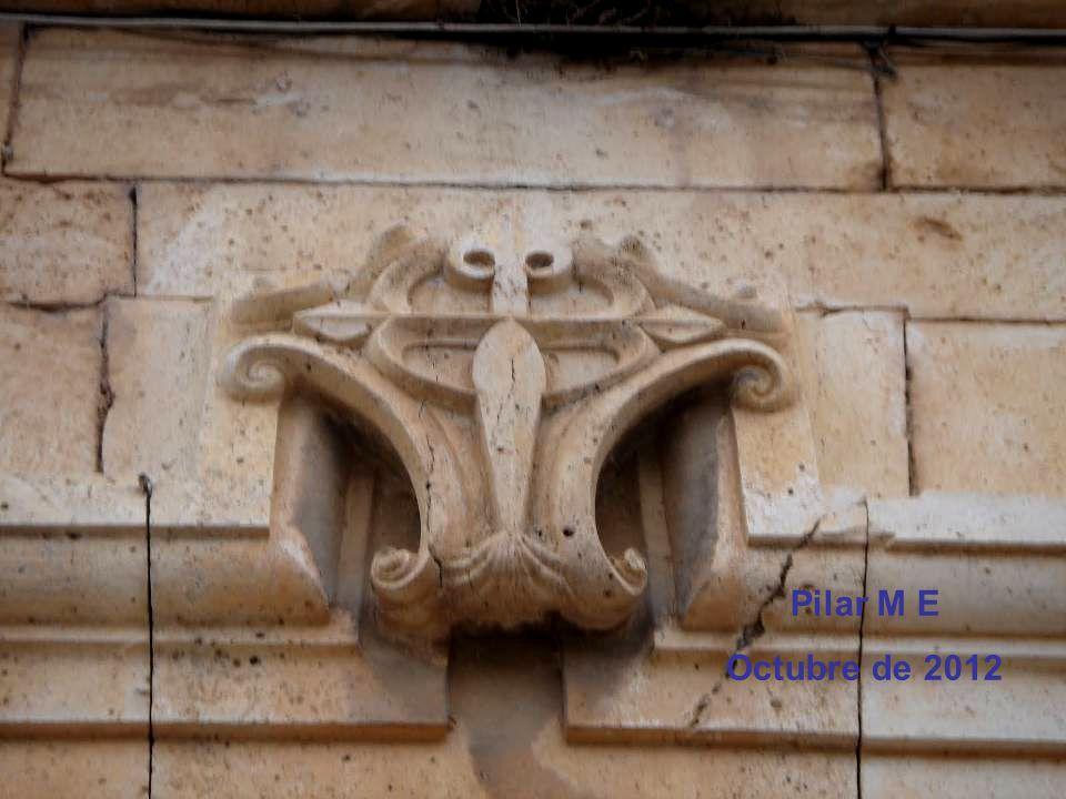 La escalera regia que permite el acceso principal de una a otra planta del edificio, es un elegante ejemplo decorativo de mediados del siglo XVII y en