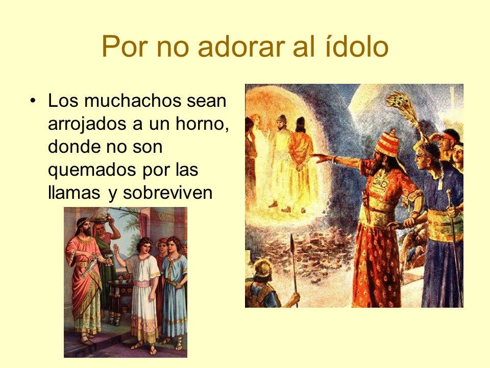 Por no adorar al ídolo Los muchachos sean arrojados a un horno, donde no son quemados por las llamas y sobreviven
