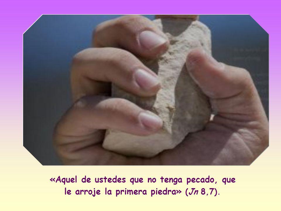 Pero Jesús, que estaba inclinado escribiendo con el dedo en el suelo – demostrando así- su imperturbabilidad, se incorporó y dijo: