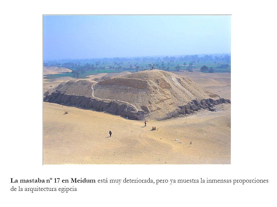 La mastaba nº 17 en Meidum está muy deteriorada, pero ya muestra la inmensas proporciones de la arquitectura egipcia