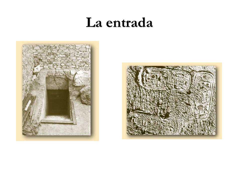 La entrada La presencia de los sellos en la puerta demostraba que estaba intacta. El acceso era una escalera disimulada en la ladera.